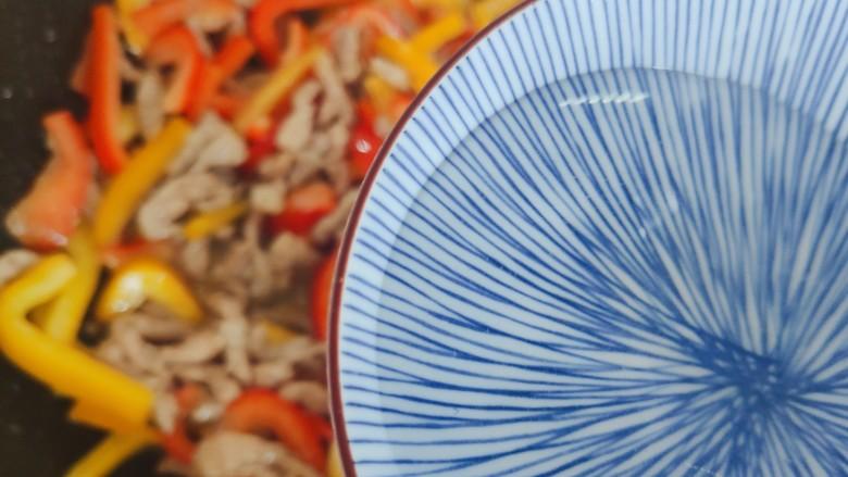 彩椒炒肉丝,加小半碗热开水