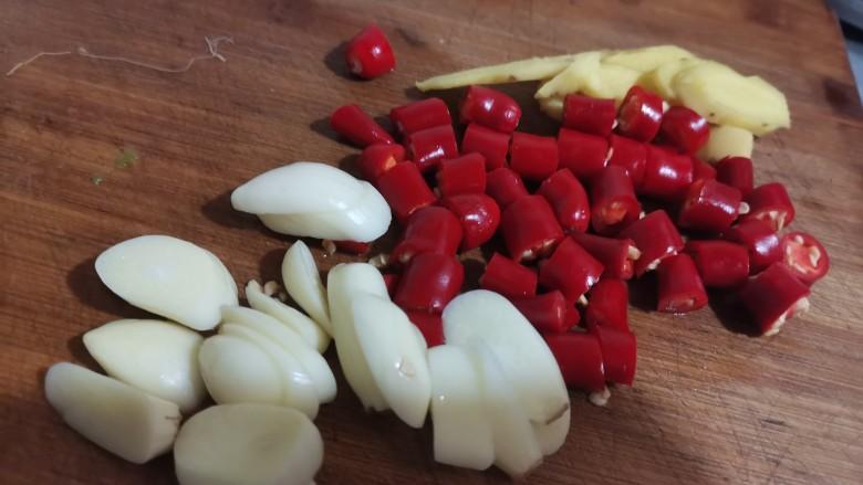 泡萝卜条,然后把姜切成片,小米椒切段,大蒜切成片