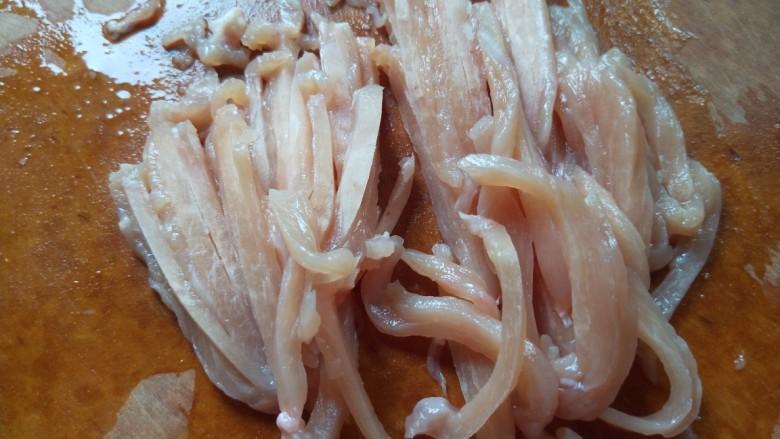 彩椒炒肉丝,在切成丝。