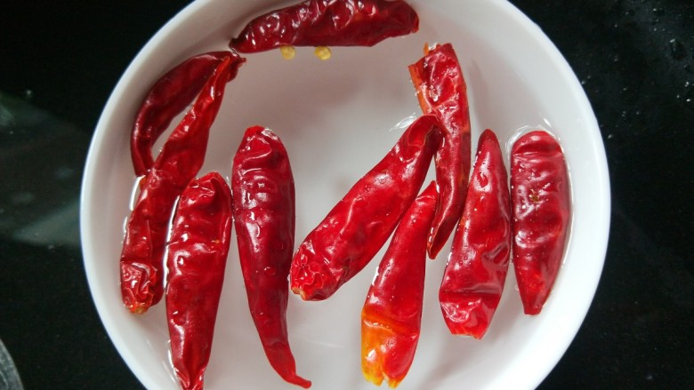 彩椒炒肉丝,小米辣洗干净切丝。