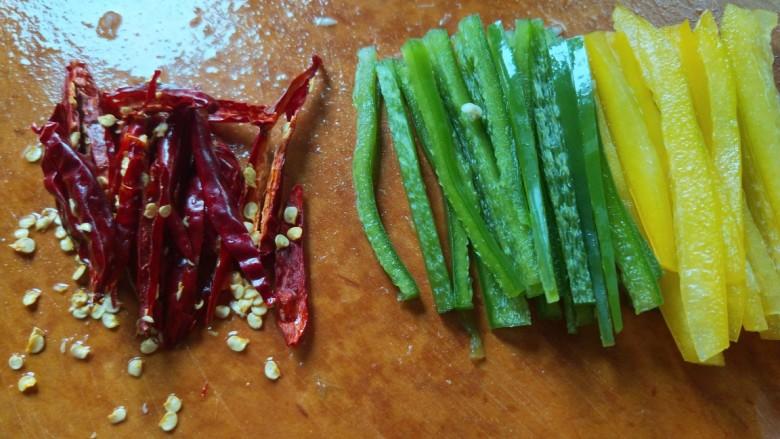 彩椒炒肉丝,全部切好装盘备用。