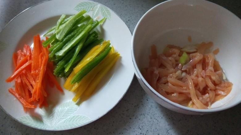 彩椒炒肉丝,肉丝去掉葱姜,加入淀粉抓均匀。