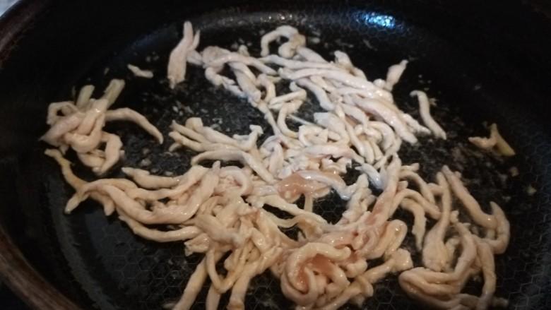 彩椒炒肉丝,翻炒变色倒入碗中备用。
