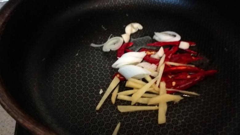 彩椒炒肉丝,加入葱姜蒜炒均匀。