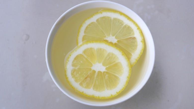 泡萝卜条,<a style='color:red;display:inline-block;' href='/shicai/ 595'>柠檬</a>切片加一碗凉开水泡开。