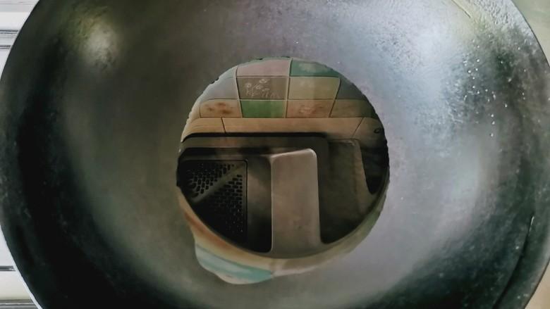 彩椒炒肉丝,锅中倒入油,油温80℃