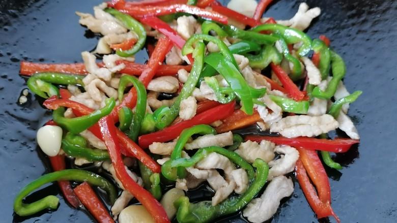 彩椒炒肉丝,最后放入肉丝翻炒均匀即可出锅