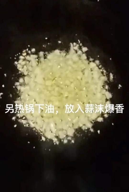 丝瓜炒肉片,另热锅下油,放入蒜末爆香