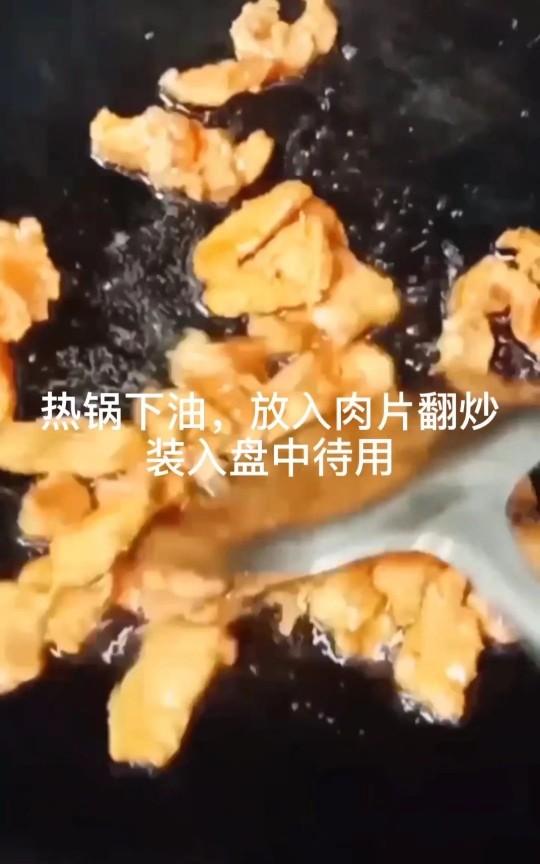 丝瓜炒肉片,熟透后盛出待用