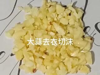 丝瓜炒肉片,大蒜去衣切沫