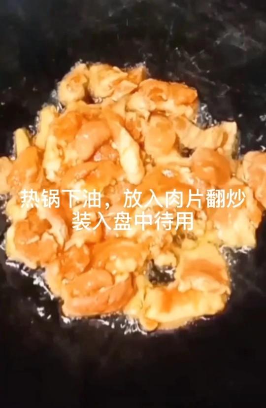 丝瓜炒肉片,热锅下油,放入肉片