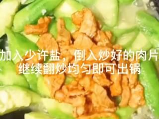 丝瓜炒肉片,倒入炒好的肉片,翻炒均匀即可出锅