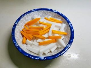 泡萝卜条,白萝卜、胡萝卜切条状。