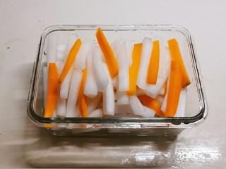泡萝卜条,萝卜条腌好后攥干水分,放入玻璃容器中。
