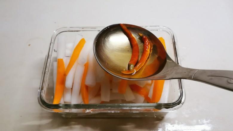 泡萝卜条,倒入之前熬好的汤水。
