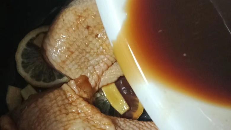 柠檬鸡腿,料汁也倒入电饭锅,按煮饭键,中途打开翻一次面