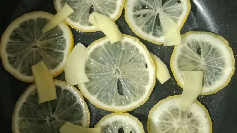 柠檬鸡腿,电饭锅无需刷油,铺上柠檬片和姜片
