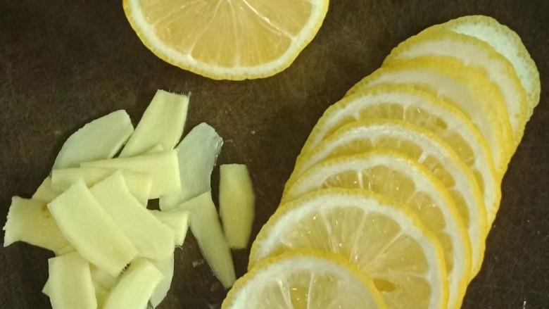 柠檬鸡腿,将挤过汁的柠檬切片,去籽,姜去皮切片