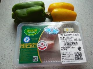 彩椒炒肉丝,猪肉一块,黄椒半个,绿椒半个,红椒半个。