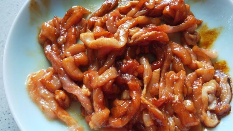 彩椒炒肉丝,加入盐,淀粉抓均匀。