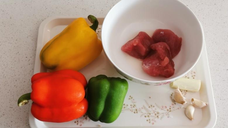 彩椒炒肉丝,食材准备好。