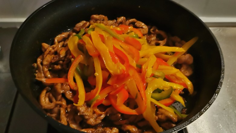 彩椒炒肉丝,放入彩椒翻炒均匀即可关火出锅。