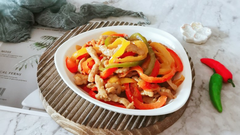 彩椒炒肉丝,装盘食用。