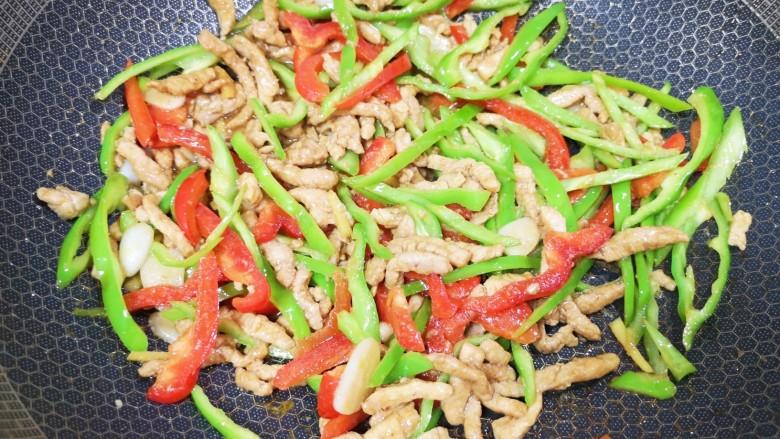 彩椒炒肉丝,下入炒好的肉丝翻炒均匀。