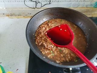 香菇肉酱拌面,加入2勺生抽翻炒均匀