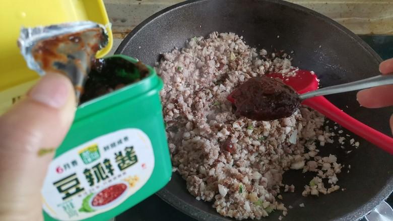 香菇肉酱拌面,加入3勺豆瓣酱翻炒均匀