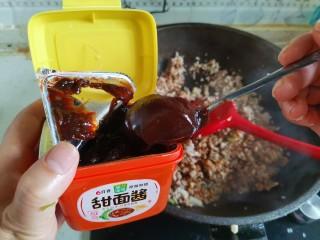 香菇肉酱拌面,加入2勺甜面酱翻炒均匀