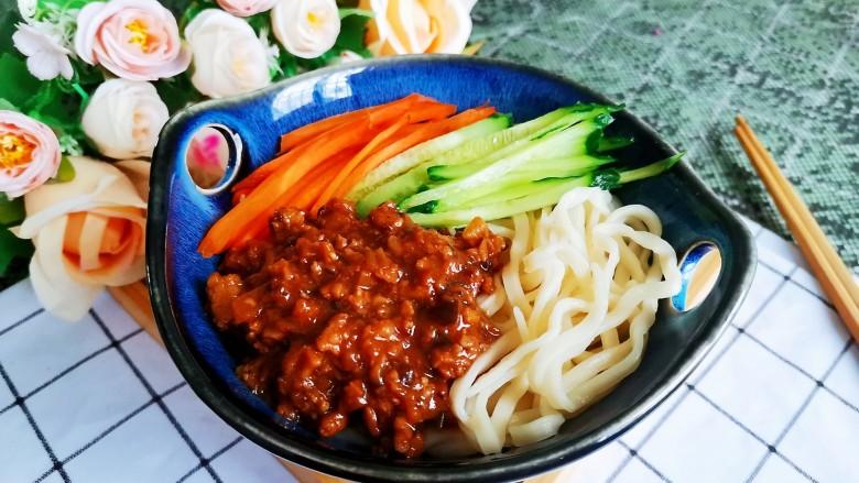 香菇肉酱拌面,加入胡萝卜和黄瓜丝,舀几勺熬好的香菇肉酱