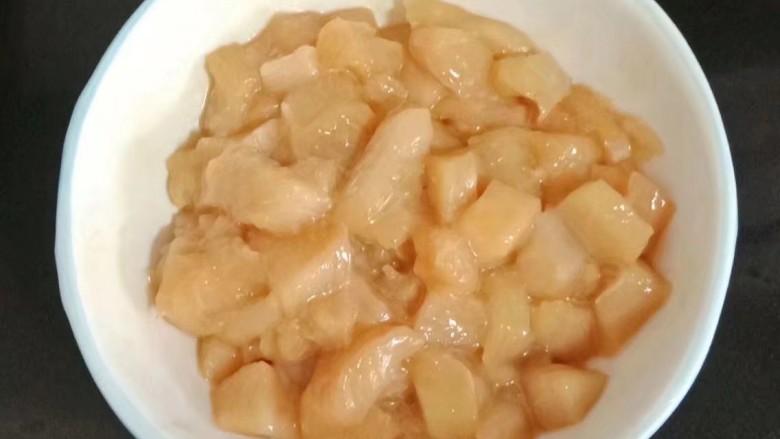 鸡丁炒毛豆米,抓拌均匀腌制十五分钟