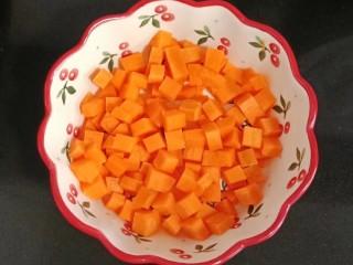 鸡丁炒毛豆米,胡萝卜去皮切丁