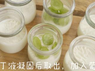 夏日甜品 葡萄奶冻,奶冻凝固后取出,放入切好的葡萄。