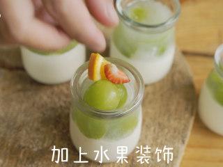 夏日甜品 葡萄奶冻,加上水果装饰即可。