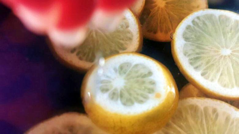 泡萝卜条,另一半柠檬挤汁备用