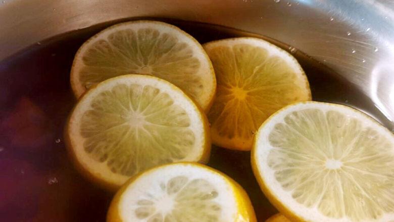 泡萝卜条,放凉的酱汁加入柠檬汁及柠檬片