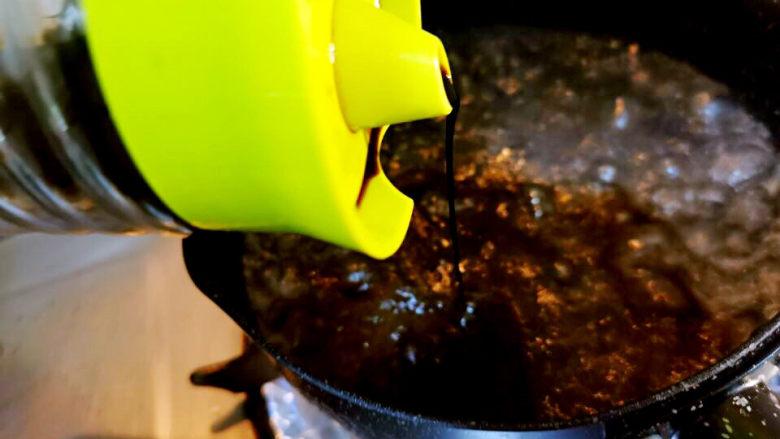 泡萝卜条,水锅中加入生抽一勺