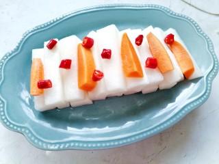 泡萝卜条,将腌好的萝卜条码放在盘中
