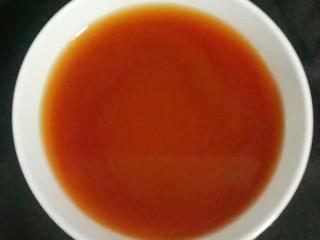 海鲜酱炒花甲,碗中加入一勺淀粉,两勺生抽,一勺耗油,加入半碗清水调成酱汁