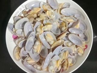 海鲜酱炒花甲,用流水冲洗干净后装盘待用