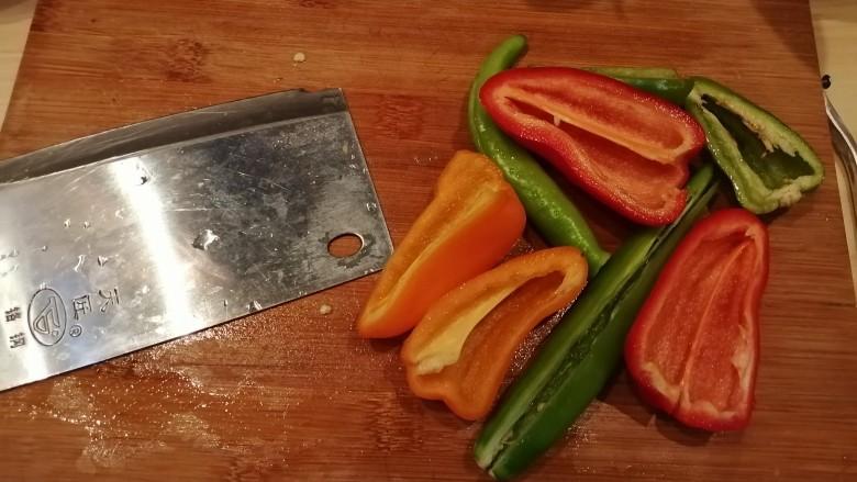 彩椒炒肉丝,彩椒洗干净去籽