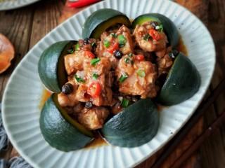 蒜蓉豆豉蒸排骨,排骨蒸好后摆入南瓜盘中,再把蒸出的排骨汁浇在上面,撒上小葱。