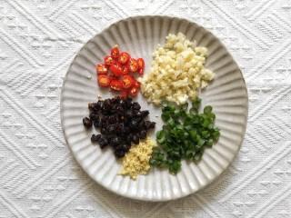 蒜蓉豆豉蒸排骨,姜蒜切末,小米辣和小葱切圈备用。