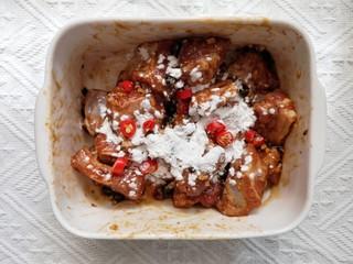 蒜蓉豆豉蒸排骨,抓拌均匀腌制半个小时后,再加入1勺淀粉和小米辣。