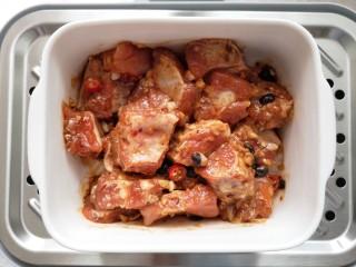 蒜蓉豆豉蒸排骨,腌制好的排骨上锅隔水蒸40分钟。