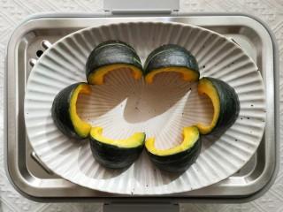 蒜蓉豆豉蒸排骨,贝贝南瓜上锅隔水蒸10分钟。