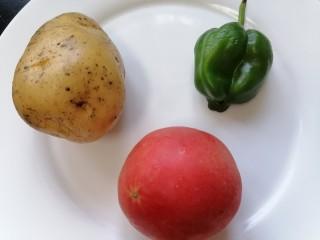 西红柿炒土豆丝,准备好所需材料