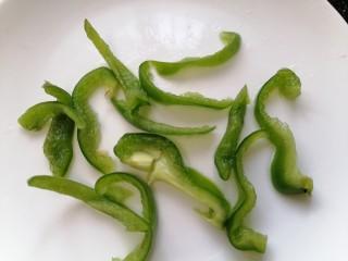 西红柿炒土豆丝,青椒洗干净切成丝